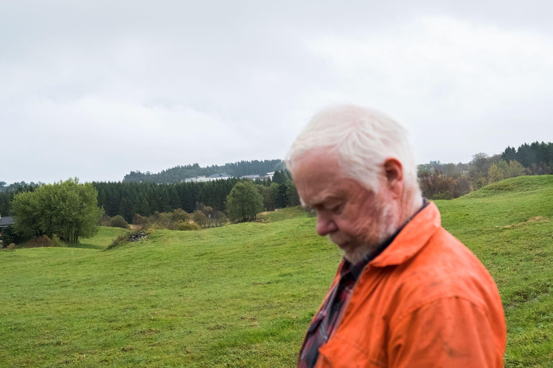 BONDEN: Erling Liland protesterer mot at bystyret i førre veke avgjorde å leggje markene hans under asfalt. Først etter han stod fram i BT reagerte Fylkesmannen. Det heng ikkje på greip, skriv BT på leiarplass.