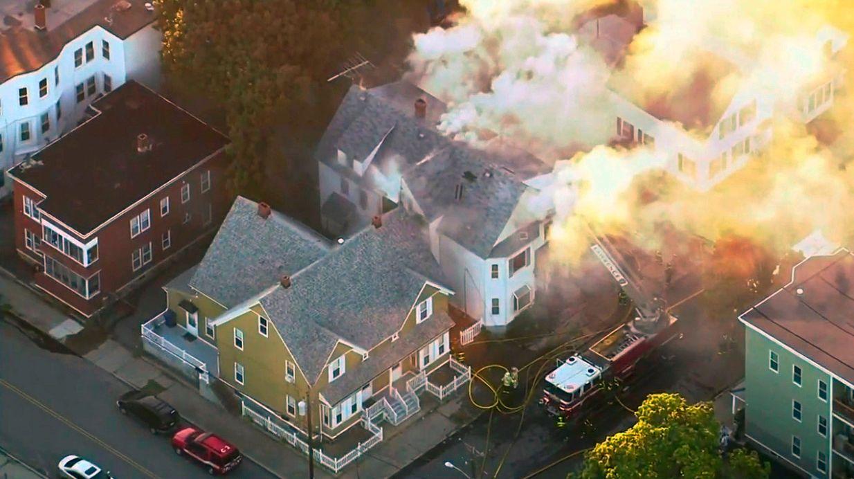 BRENNER: Brannvesenet kjemper mot flammene i et boligkompleks i Lawrence i USA.