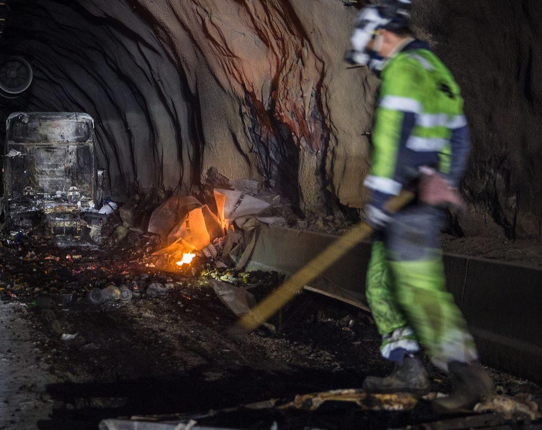 PIKKER LØSMASSER: Arbeidet med å pikke vekk løst fjell og skadet betong har pågått natt til mandag. Planen er at dette arbeidet skal være ferdig natt til tirsdag.