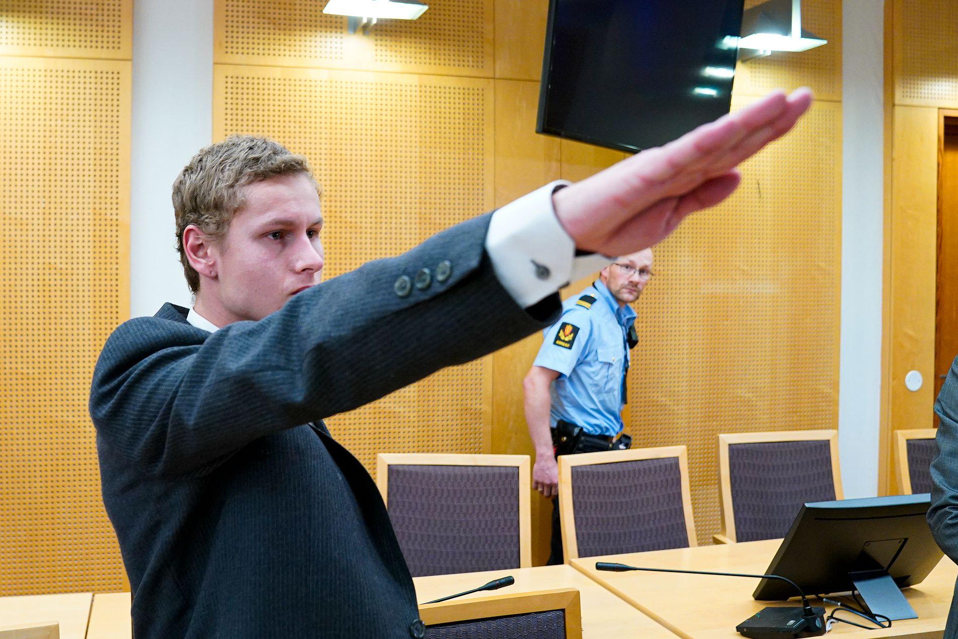 NAZIHILSEN: Draps- og terrorsiktede Philip Manshaus gjorde nazihilsen i fengslingsmøtet i Oslo tingrett mandag.