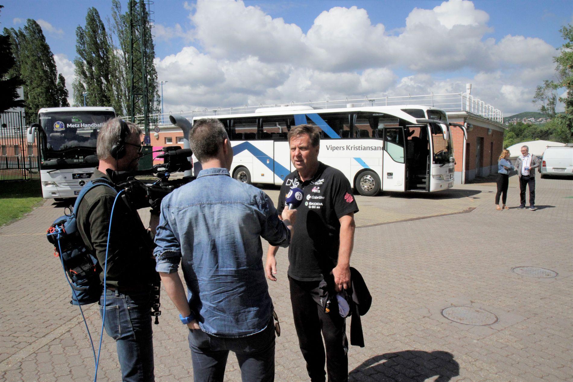 Terje Marcussen foran Vipers-bussen utenfor trening i Budapest fredag.