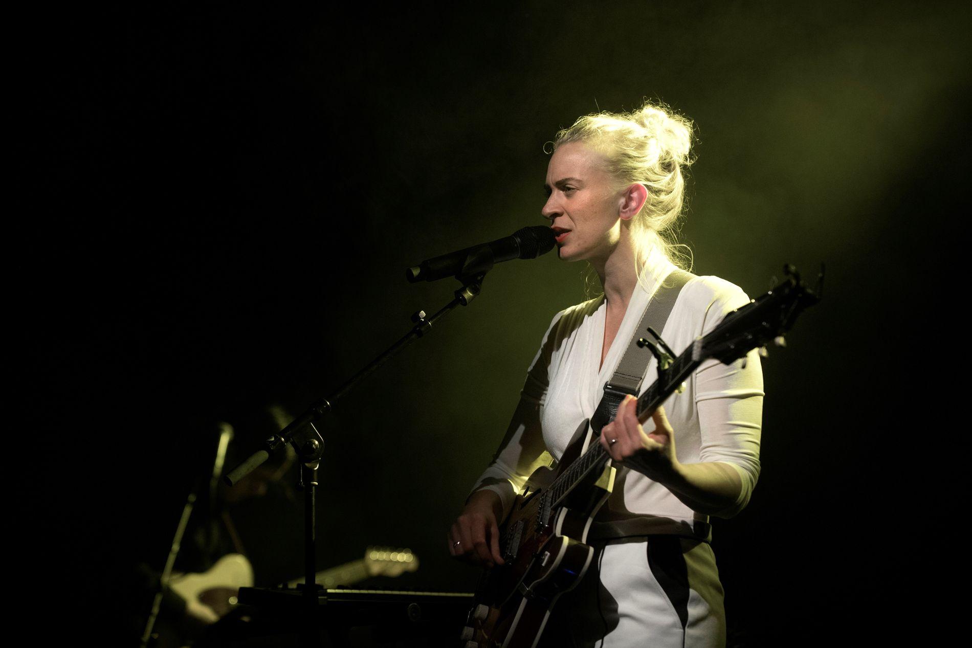 TIL VOSS: Fersk spellemann-vinner Thea Hjelmeland er blant artistene som kommer til Voss denne helgen.