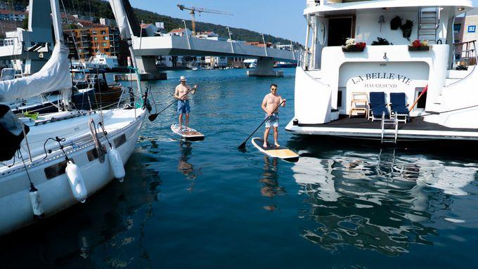 KJØLER SEG NED: Djurre Siccama og Kim Skåtun brukte rekordvarme fredag i Bergen ved vannet. Siccama testet SUP-brett for første gang.