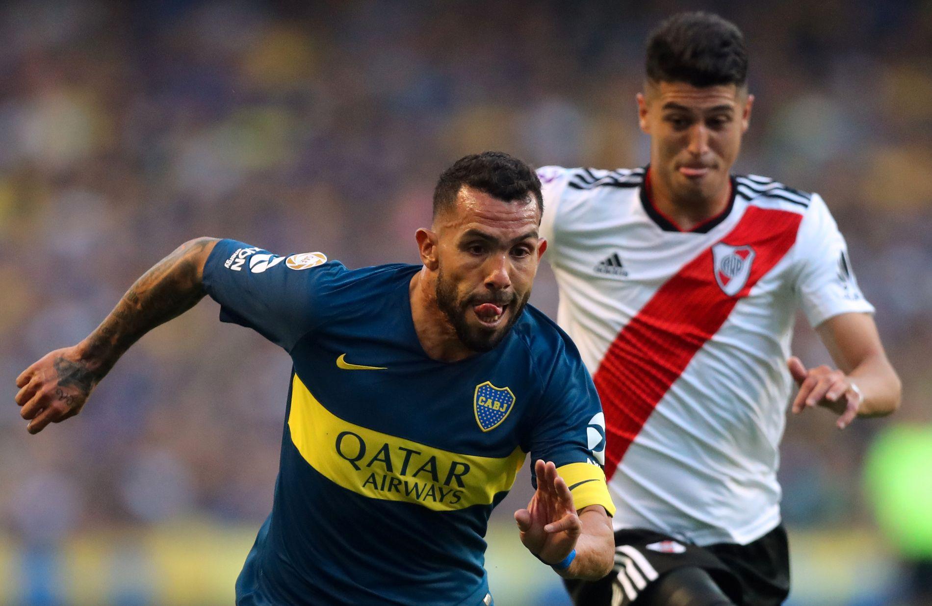 Carlos Tévez (til venstre), med bakgrunn i blant annet Manchester United, Manchester City og Juventus, er trolig den mest kjente spilleren i rivaloppgjøret.