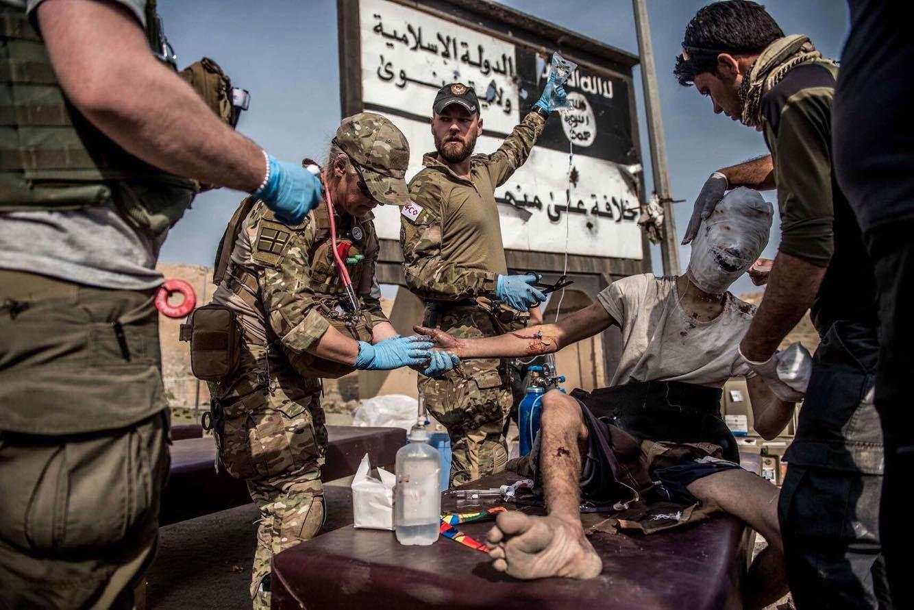 IRAK: Til daglig jobber Max-Hendrik Wathne Gelink i ambulansetjenesten i Bergen. Her behandler han og andre sykepleiere en sivil med alvorlige brannskader i ansiktet. Gelink fra Bergen jobber på et feltsykehus nær frontlinjen i Mosul.