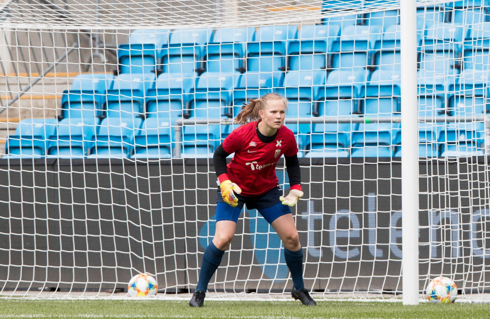 Oda Bogstad i aksjon mellom stengene under kvinnelandslagets VM-oppkjøringsleir. Tredjekeeperen gjør seg klar til sitt annet sluttspill med Norge selv om hun ennå ikke har debutert på landslaget.