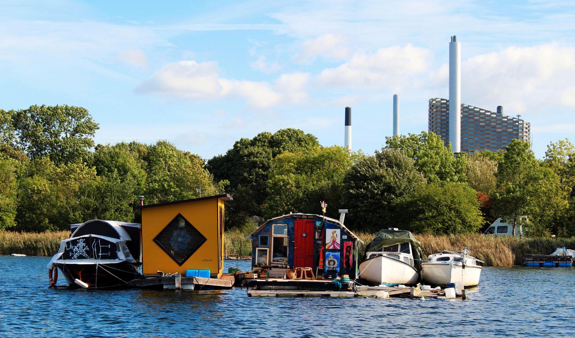 HOLMEN: En del «pirater» har tatt bolig på vannet – et langt steinkast fra Christiania. De har ikke egentlig lov...