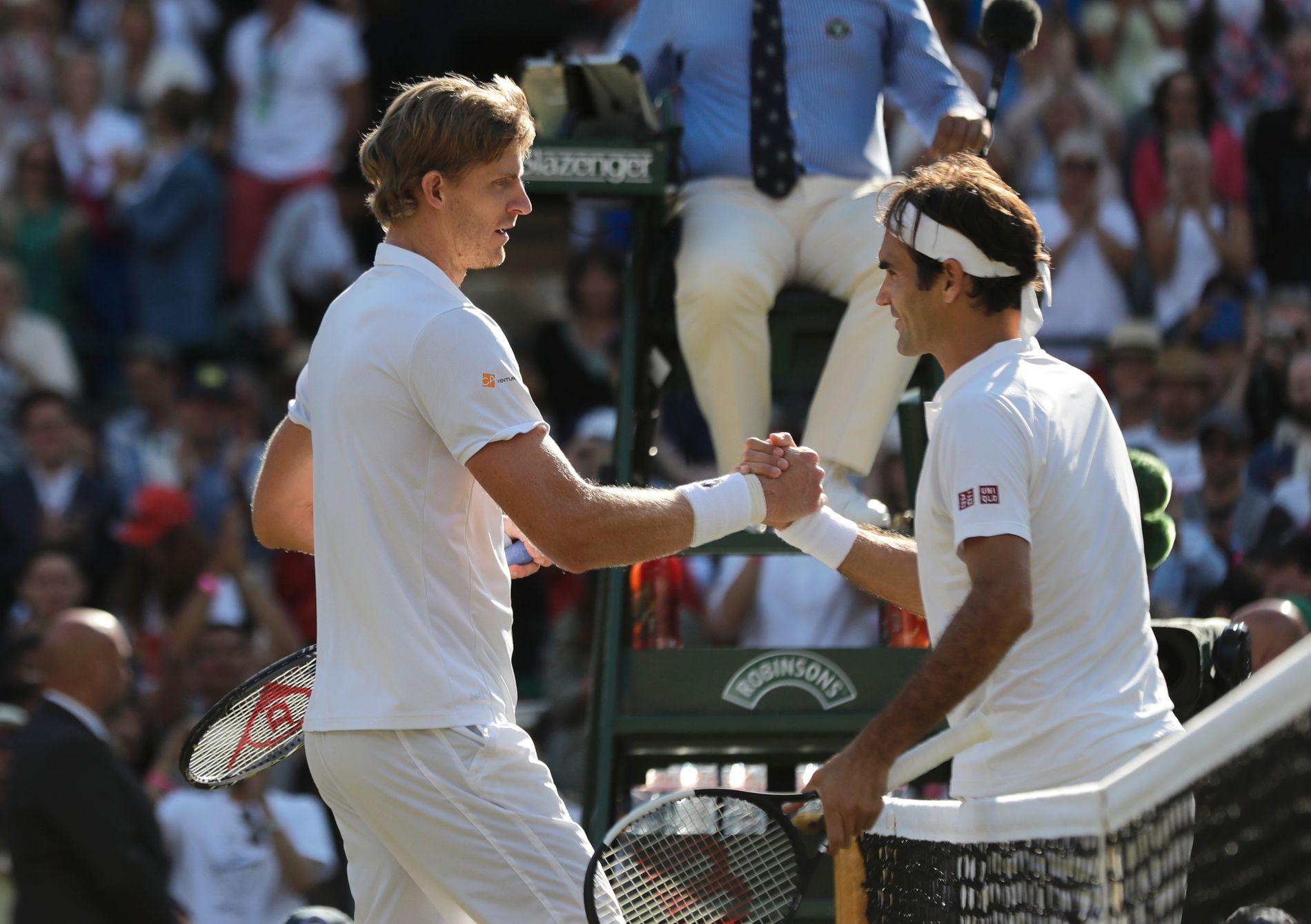 Roger Federer gratulerer Kevin Anderson (til v.) etter å ha tapt kvartfinalen i Wimbledon onsag.