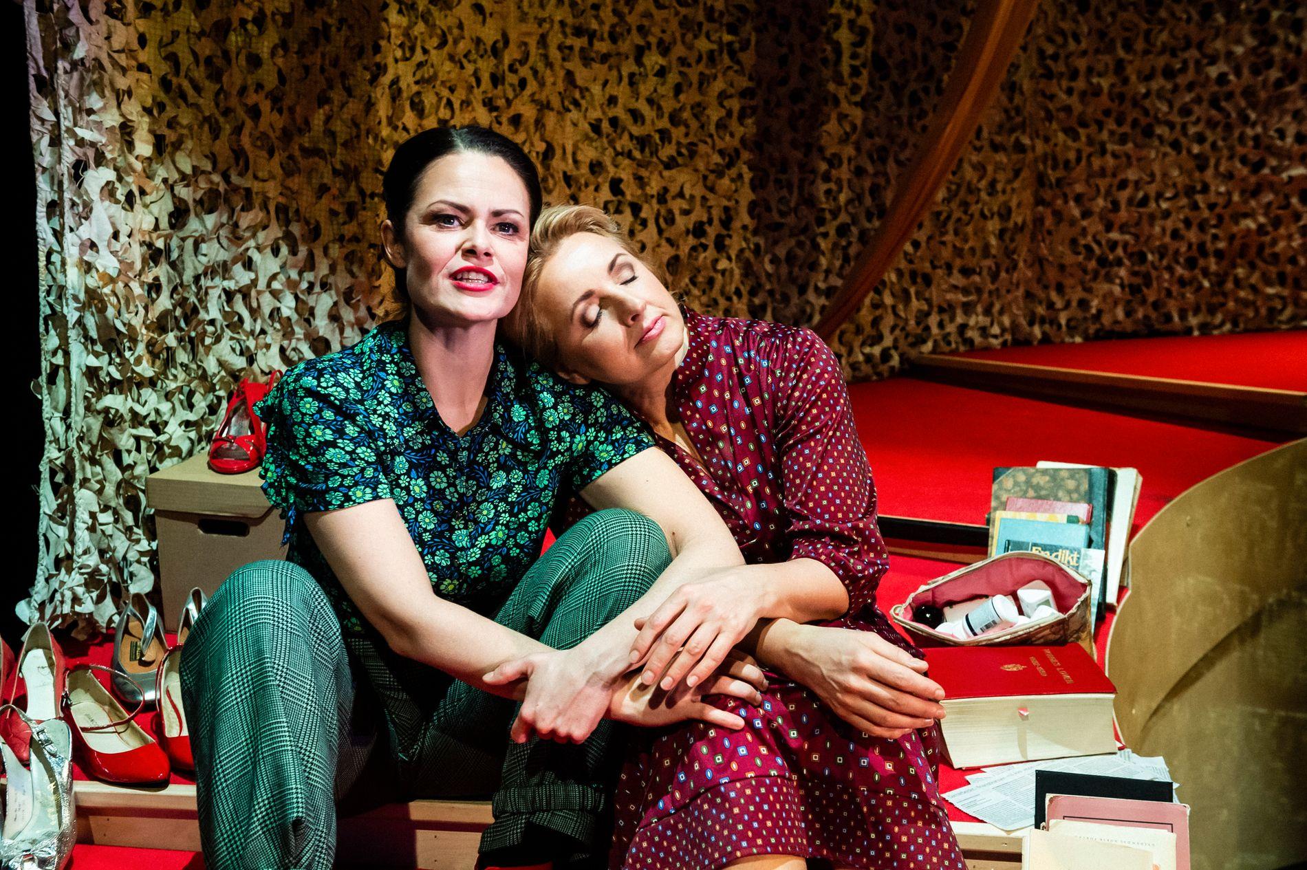 «KIM F» PÅ DNS:  Linn Løvvik som Kim Friele og Anna Dworak som Wenche Lowzow. «Filosof Nina Karin Monsen figurerer som ein motstandar av utviklinga i både teaterstykket og i røynda med utsegner både eg personleg og mange andre med meg vert såra av», skriv Birger Berge.