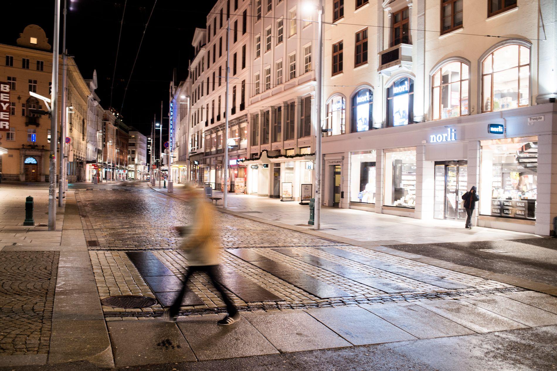 EIERSKAP: Det er utformingen av selve gaten i Strandgaten som får deg til å føle at du eier gaten litt mer. Noen har visst hvilke grep som måtte gjøres for å få deg til å endre atferd, skriver byarkitekt Maria Molden.
