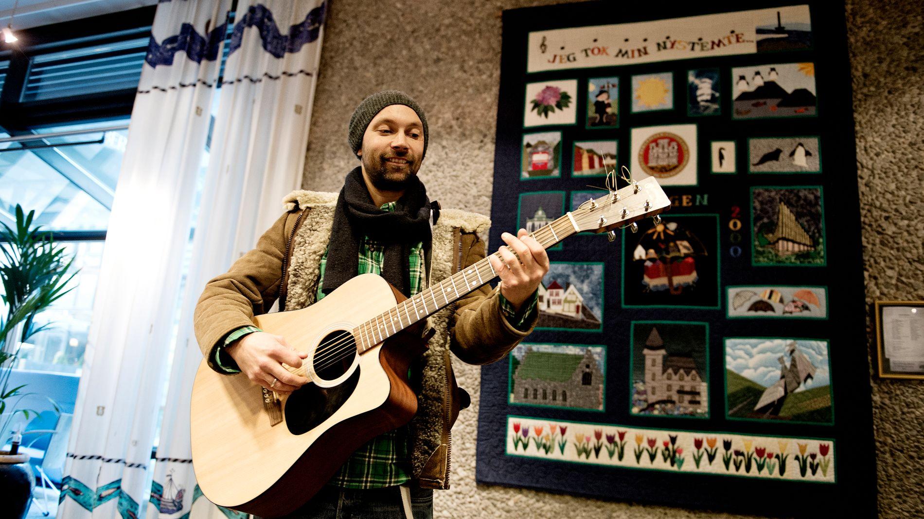 EN VITTIG TYPE: Mads Berven er en vittig type. På biblioteket på lørdag får han med seg en annen vittig type, Frode Grytten, til å holde konsert for barn.