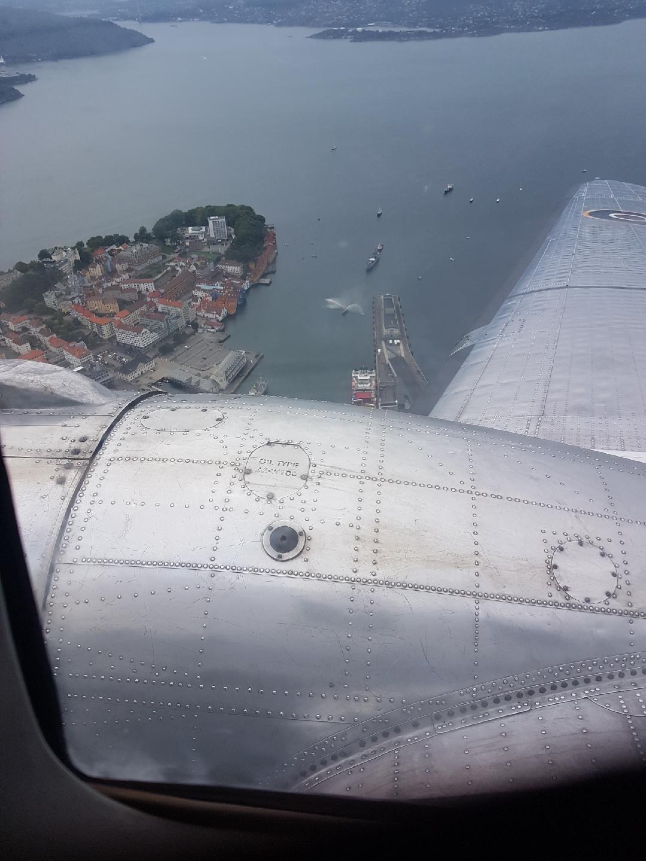 DAKOTA: Da hørte jeg den, lyden av veteranfly over hodet mitt. Det var blitt opplett og flyvær, skriver Christian Nome Lepsøe. Bildet er tatt fra flyet da det endelig kom seg i luften.