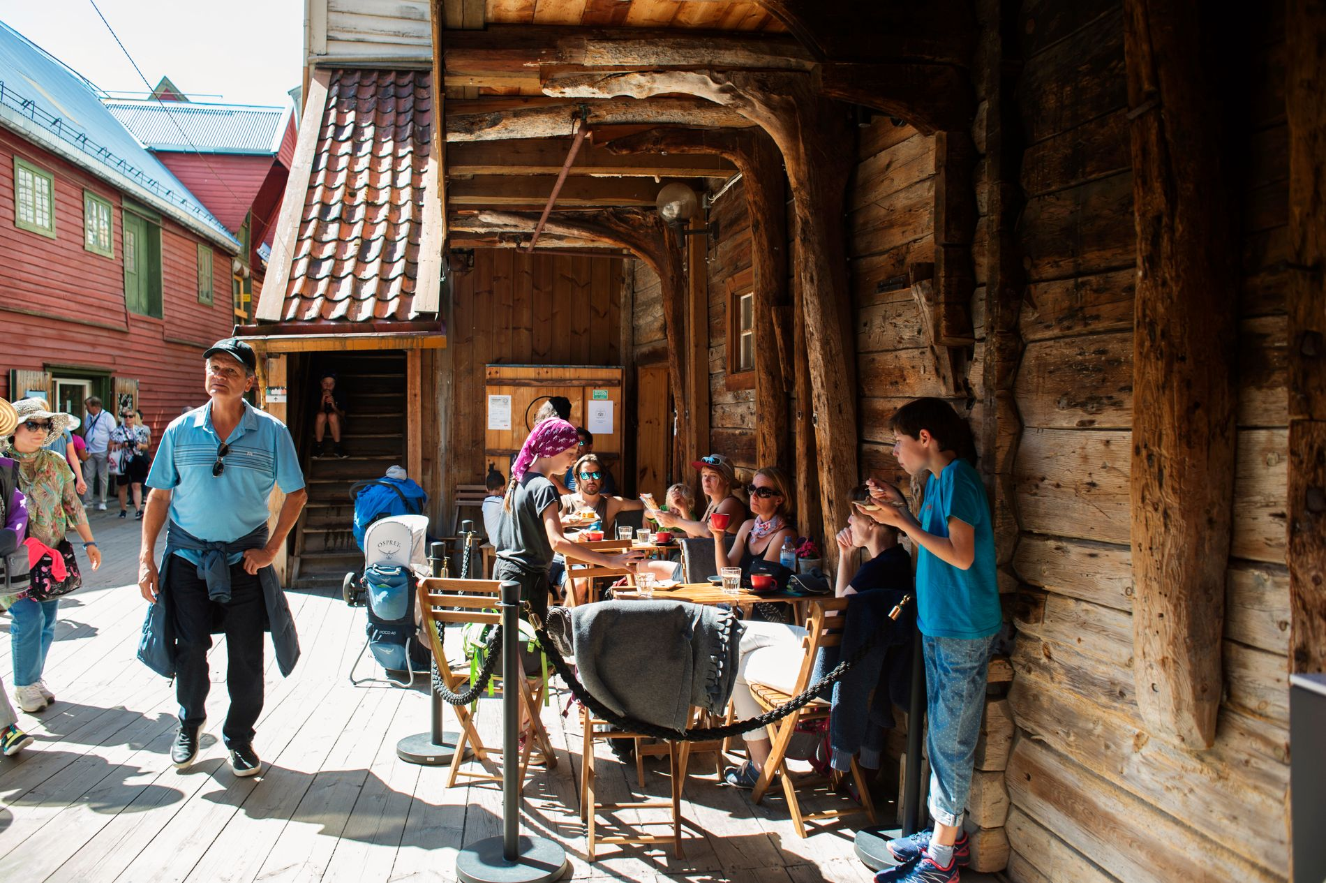 MIDT I SMØRØYET: Slitne turister benytter ofte anledningen til å hvile seg og ta en kaffe hos Kaf Kafe, som ligger fint til i Bryggens smau.