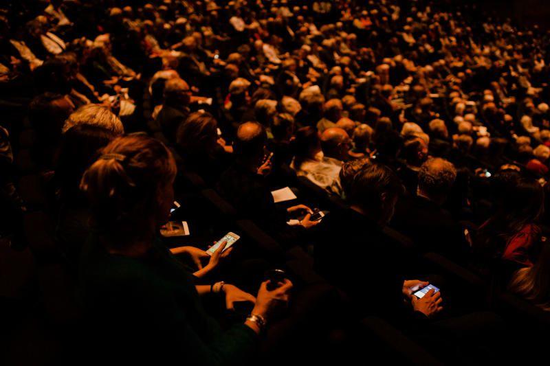 MOBILE BIDRAG: Whitacre har satt «Star Wars»-lignende toner til bildene. Og etter den lange reisen gjennom en flik av universet, kunne publikum selv avspille en snutt med atmosfærisk musikk fra Iphonen sin, som en integrert del av verket.
