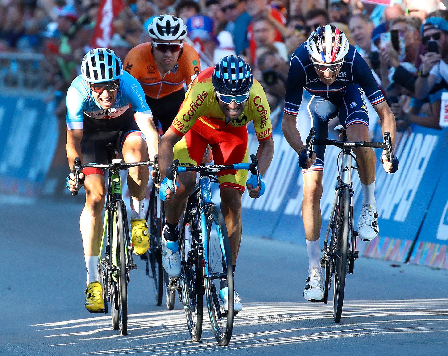 Tom Dumoulin vartet opp med en enorm opphentning på slutten. Her innser imidlertid nederlenderen at medaljen ryker. I stedet ble endte det slik. Gull: Alejandro Valverde. Sølv: Romain Bardet. Bronse: Michael Woods.