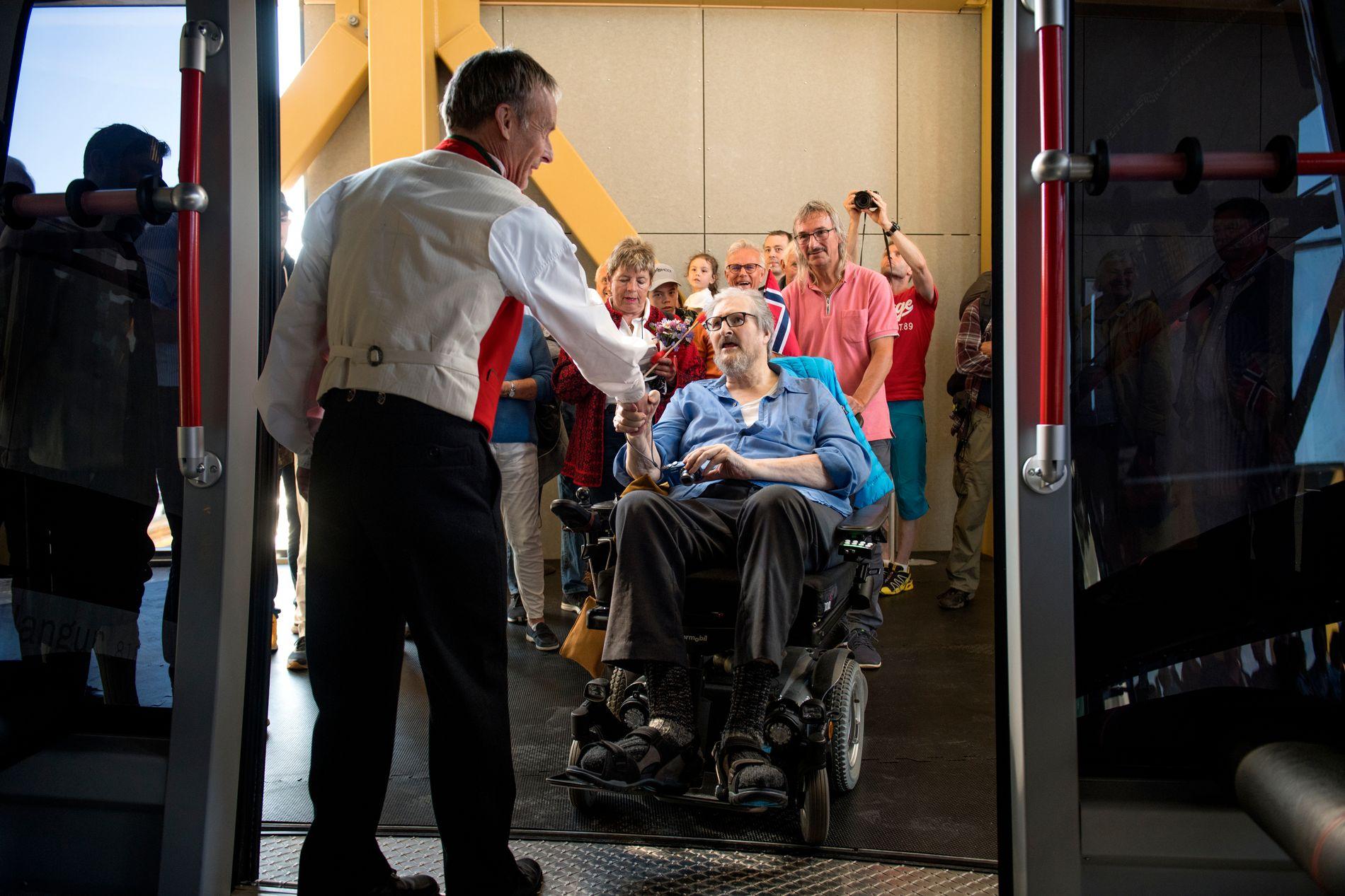 ÆRESGJEST: Øyvind Wæhle, administrerende direktør i Voss Resort, ønsker Sam B. Meyer inn som den første passasjeren.