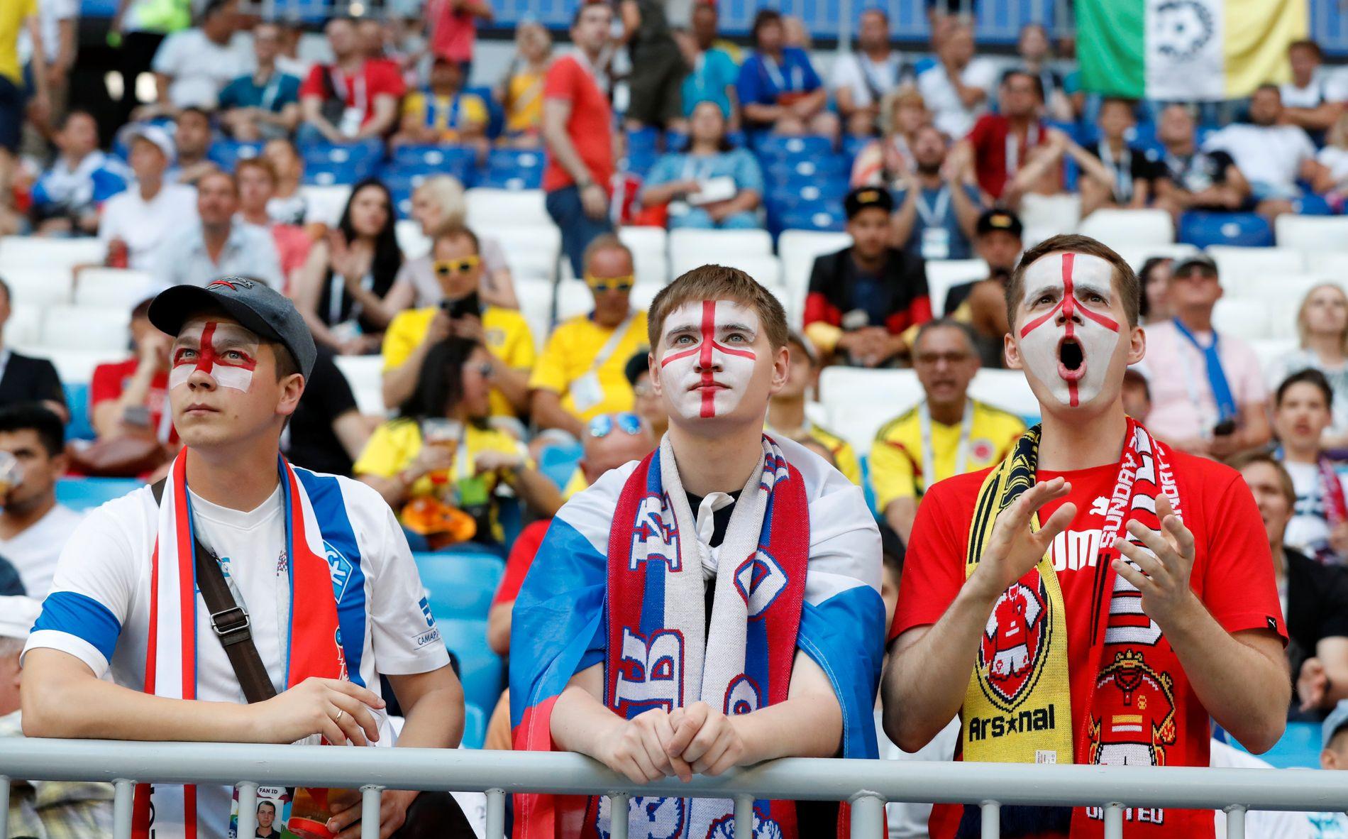 Fotballfans på tribunen i Samara under fotballkampen England-Sverige.