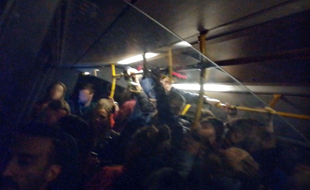 OVERFYLT: Dette bildet er fra natt til 7. april rundt klokken 3, ifølge innsenderen. Nattbussen var stappfull.