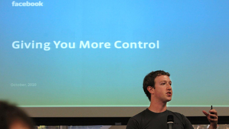 UTEN KONTROLL: Mark Zuckerberg liker å fremstille seg som delingskulturens og åpenhetens hvite ridder. Hvis alle følger Facebooks plan om full tilgang til alle andres private informasjon, vil vi oppnå global transparens, der borgere, påvirkere og merkevareprodusenter sammen skal gå opp i en høyere enhet. Det er sprøyt, selvfølgelig, mener Frode Bjerkestrand.
