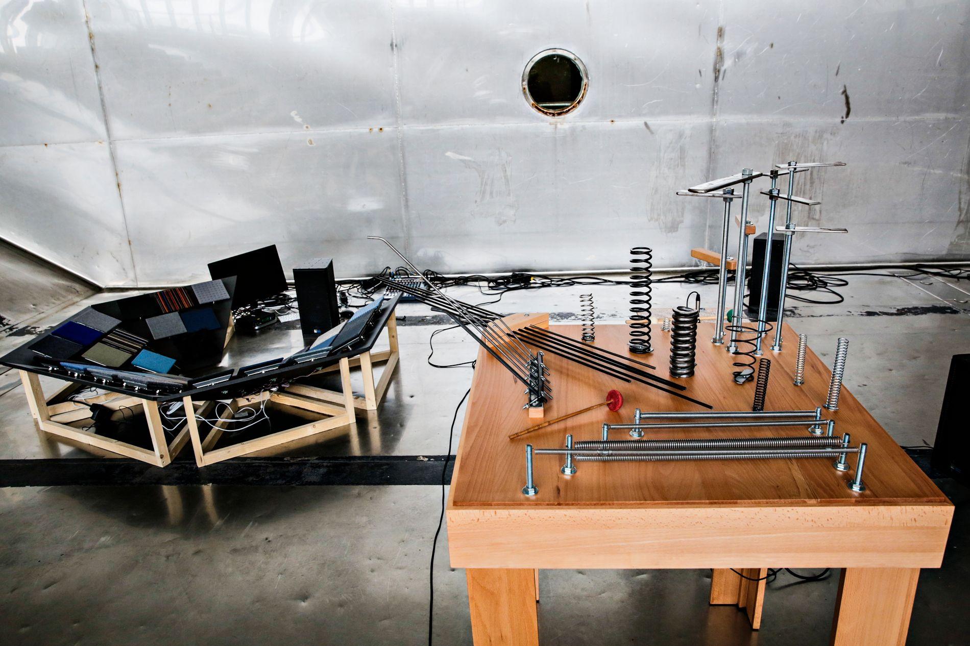 TRIENNALE: Tarek Atoui laget instrumenter for døve på Bergen Assembly i 2016.