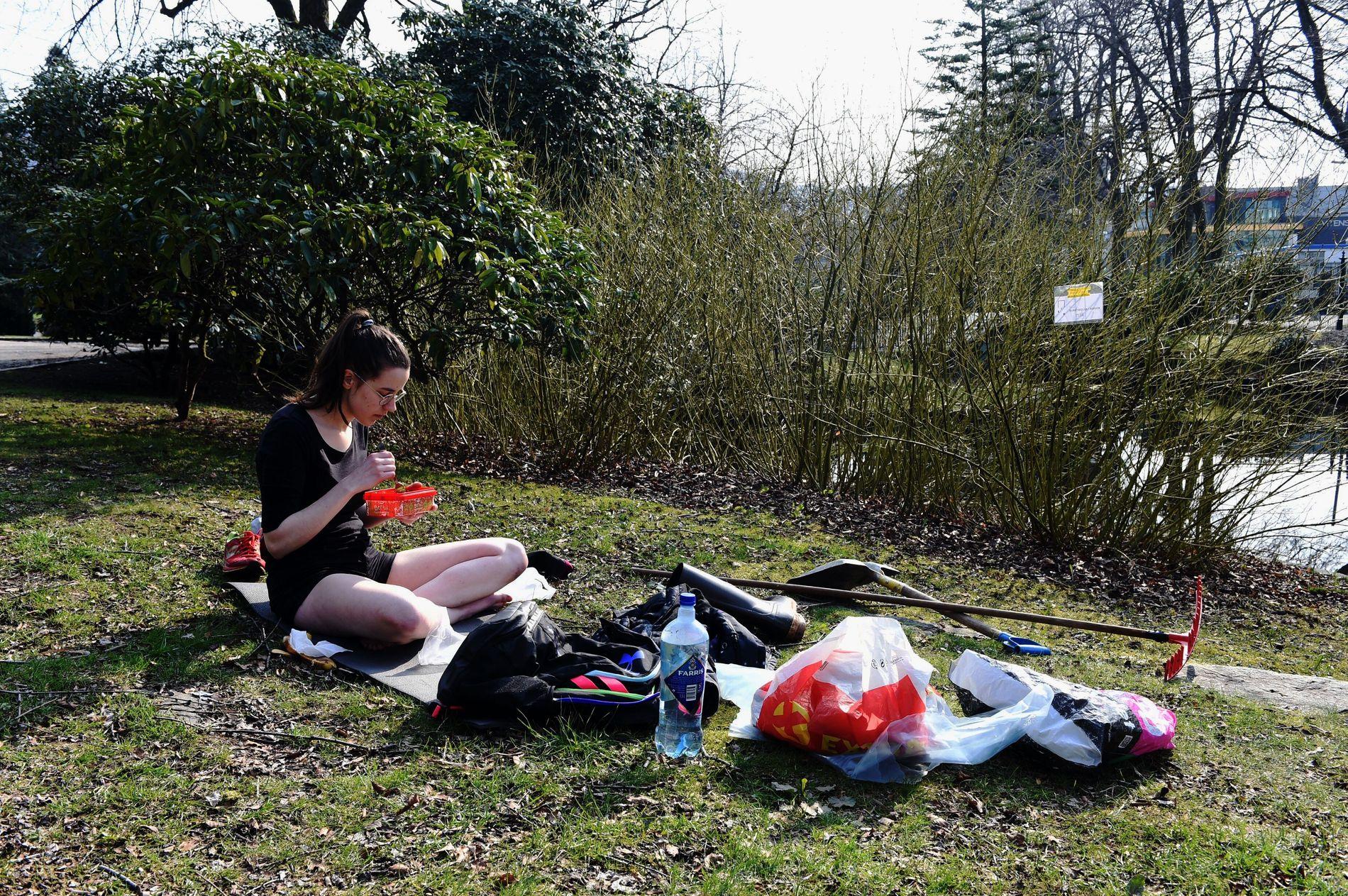 VÅR: Ingen grønne blader på trærne ennå, men torsdag var Agate Budzan i full gang med å feire første vårdag i Nygårdsparken.
