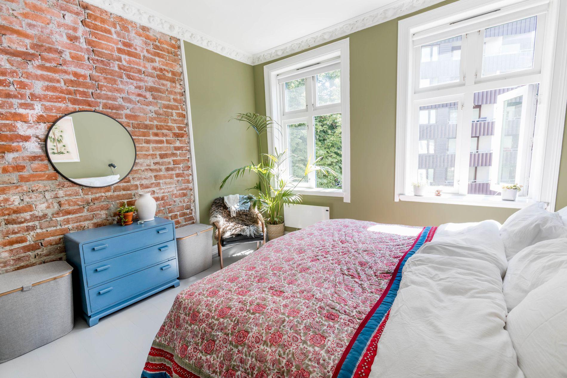 Gammelt og nytt i flere farger på soverommet. Det lyse soverommet har fått grønnmalte vegger. Eline Eide syntes det passet fint siden grønt symboliserer ny start og ny energi.