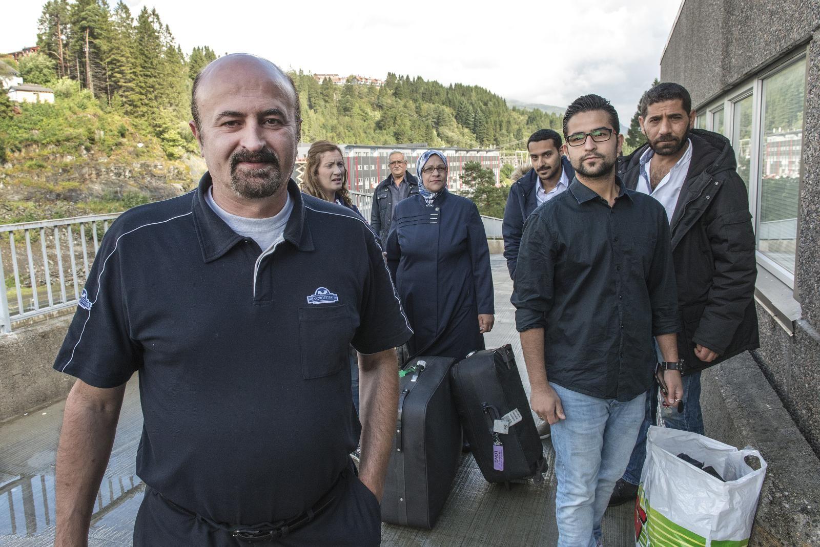 KLÆR TIL SYRERE; Drosjesjåfør Foad Hammoudeh (fremst) og konen hadde samlet sammen de hadde til overs av barneklær hjemme i Vadmyra. Syreren ga klærne til Alamal Forening i Bergen, som vil sende en fullastet container til flyktningleirene i Libanon.