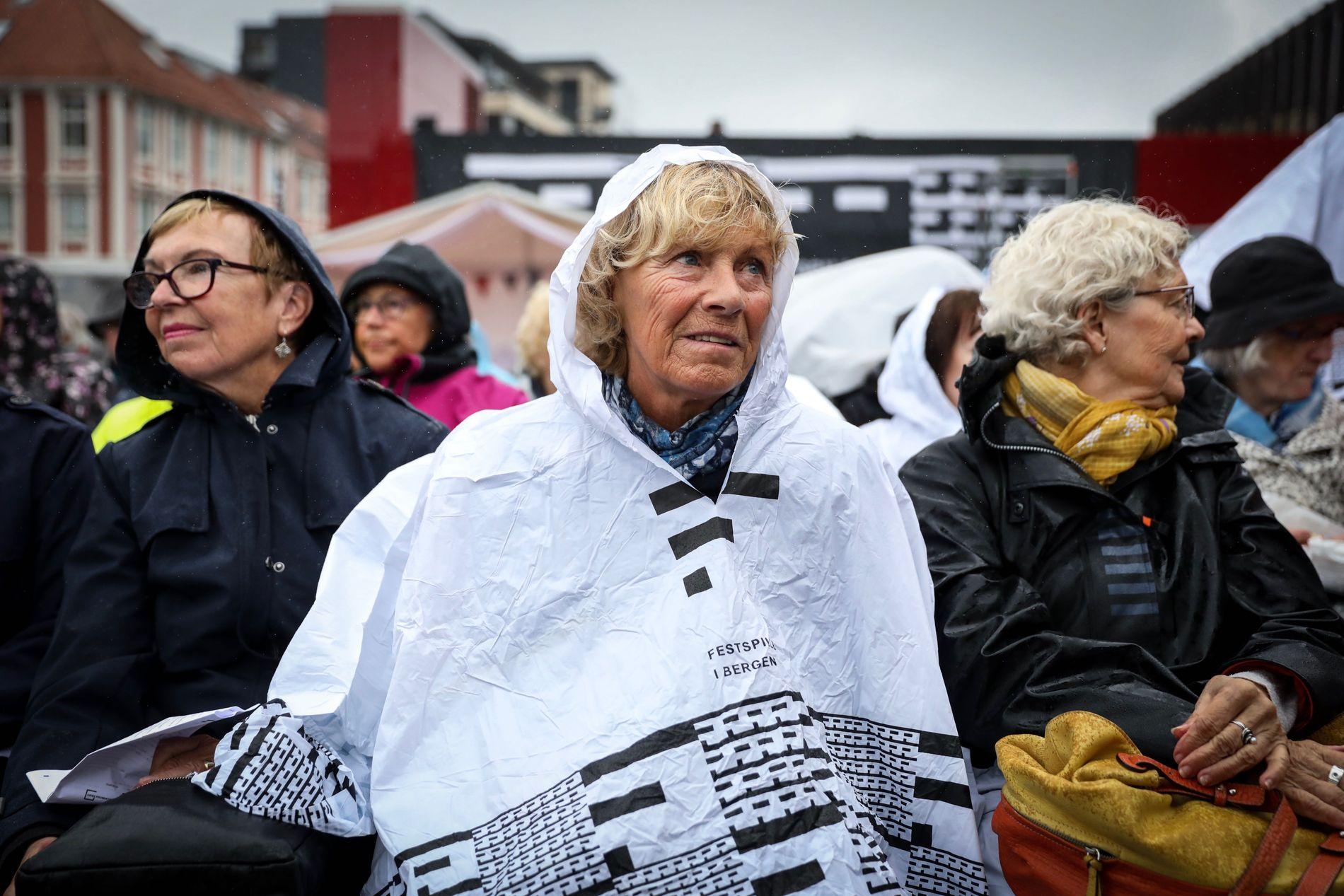 KLARE FOR FEST: Randi Olufsen var blant de fremmøtte utenfor Grieghallen onsdag formiddag.