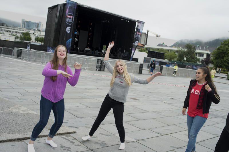 (f.v) Camilla Tekstnes  (13) Lise Bondehagen (13) og Elena Cecilia Winther lader opp til VG-lista med dans.