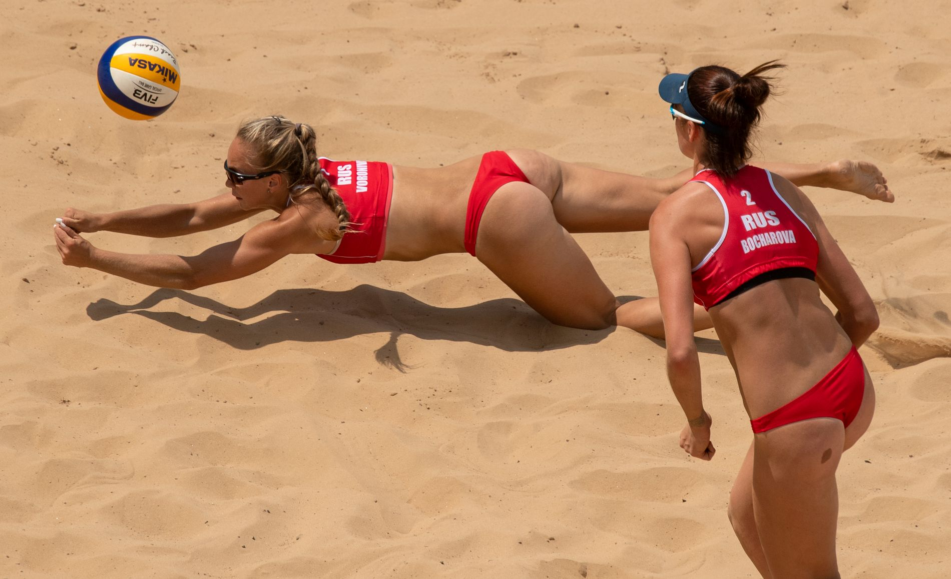 Svært lite overlates til fantasien når sandvolleyballspillere på kvinnesiden er i aksjon.