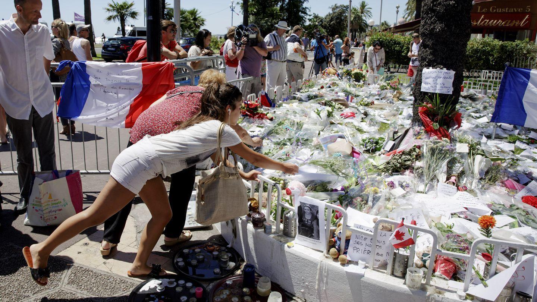 SORG: Sørgende legger ned blomster og hilsener etter 14. juli-angrepet i Nice sommeren 2016.