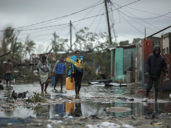 LANDSBY: Mennesker på vei tilbake til den flomrammede landsbyen Praia Nova ved byen Beira i Mosambik.