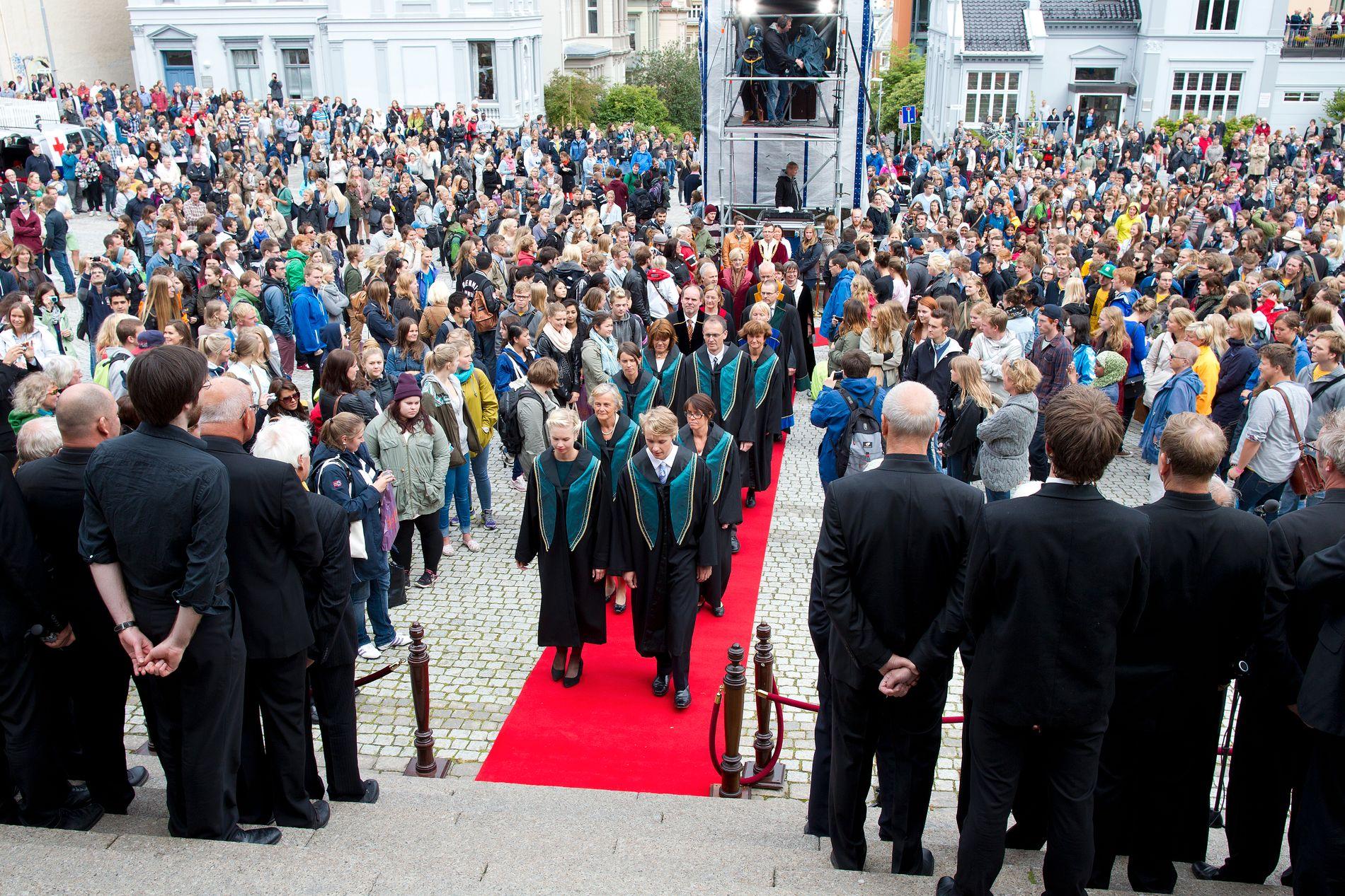 KONKURRANSE: For at de beste studentene skal velge Bergen, er vi avhengig av et godt utdanningstilbud og en attraktiv og levende by, mener innsenderne. Bildet er fra åpningen av studieåret 2013 på Muséplassen.