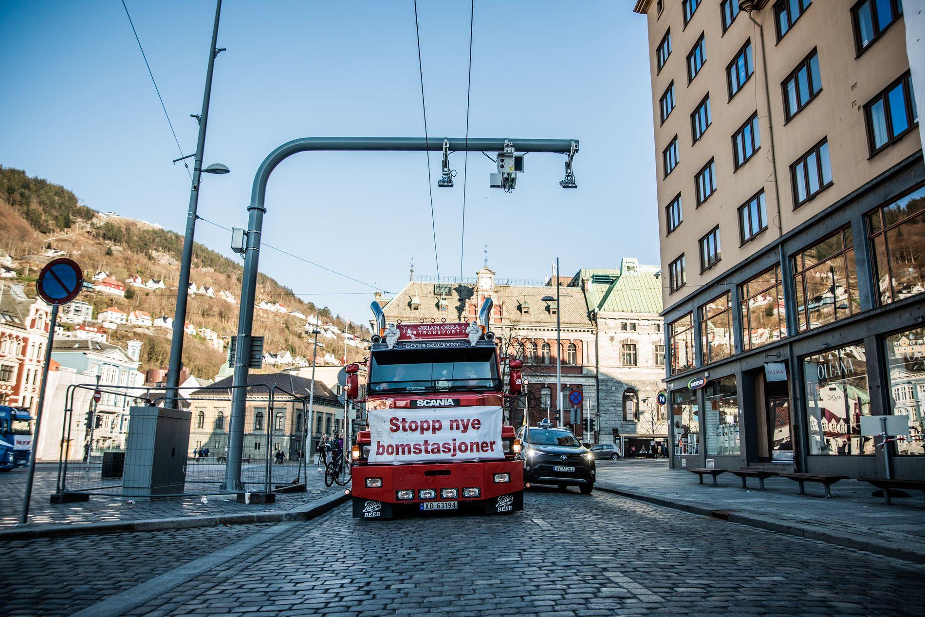 OMSTRIDT: Norge trenger et mer rettferdig system enn bomringer, mener innsenderen. Bildet er fra en aksjon mot bompenger i Bergen nylig.