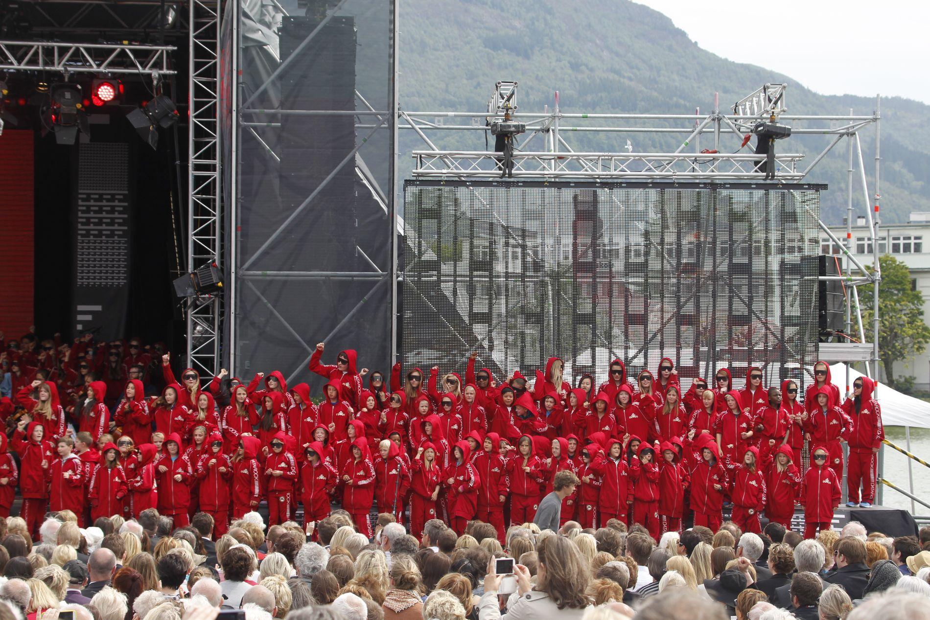 ATTRAKTIV: Festspillene i Bergen er av dei aller flinkaste til å skaffe private tilskot, og fekk nesten fire millionar kroner i statleg gåveforsterking i år. Her er Datarock og eit barnekor under festspelopninga i 2014.