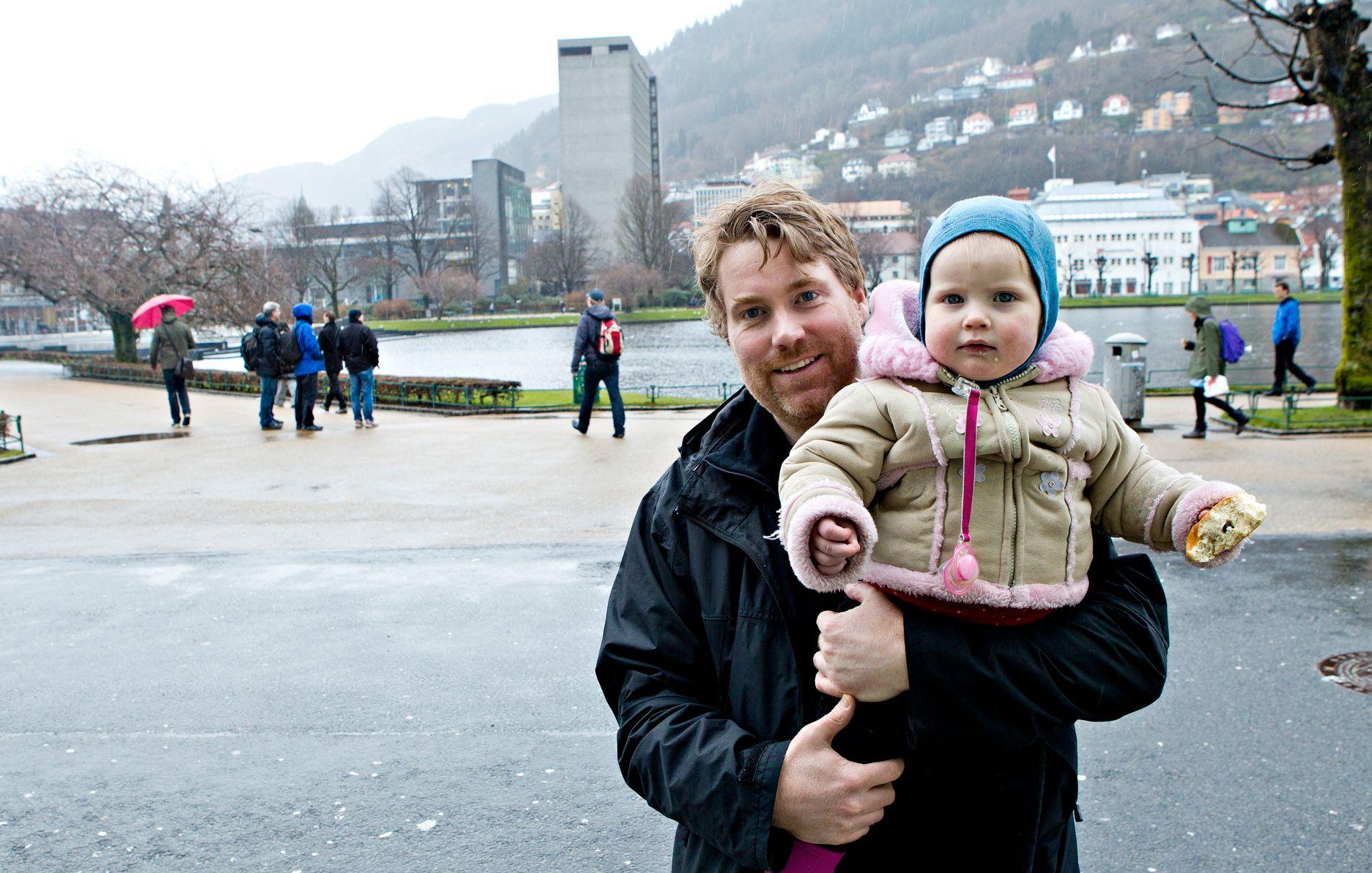 FARS VALG: Likestilt foreldreskap handler også om fars valg, mener Bent Sigmund Olsen. Her sammen med datteren Juliane da han var i pappaperm.