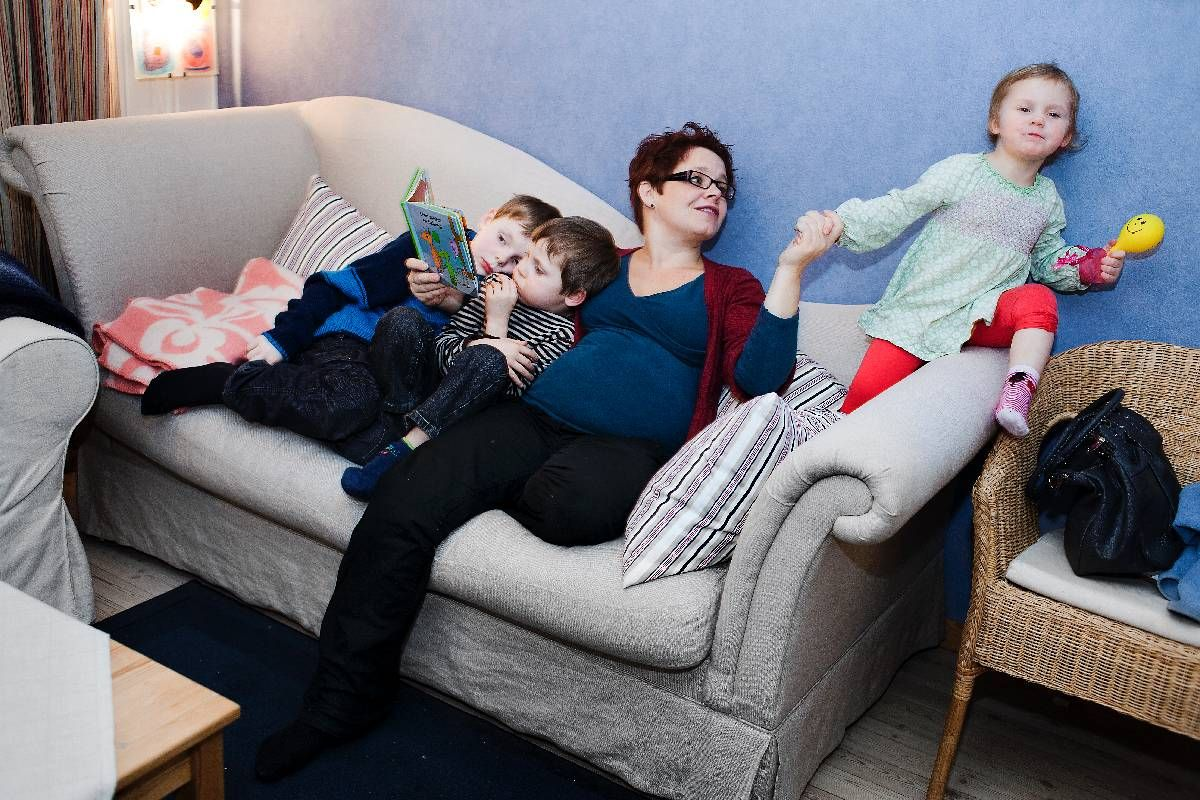 - MÅ GODTA VERDIMANGFOLD: Åsta Årøen tror mange opplever en forventning om å avslutte svangerskapet ved funn av avvik. Her er hun sammen med barna Audun (8), Arne (6) og Engel (3).