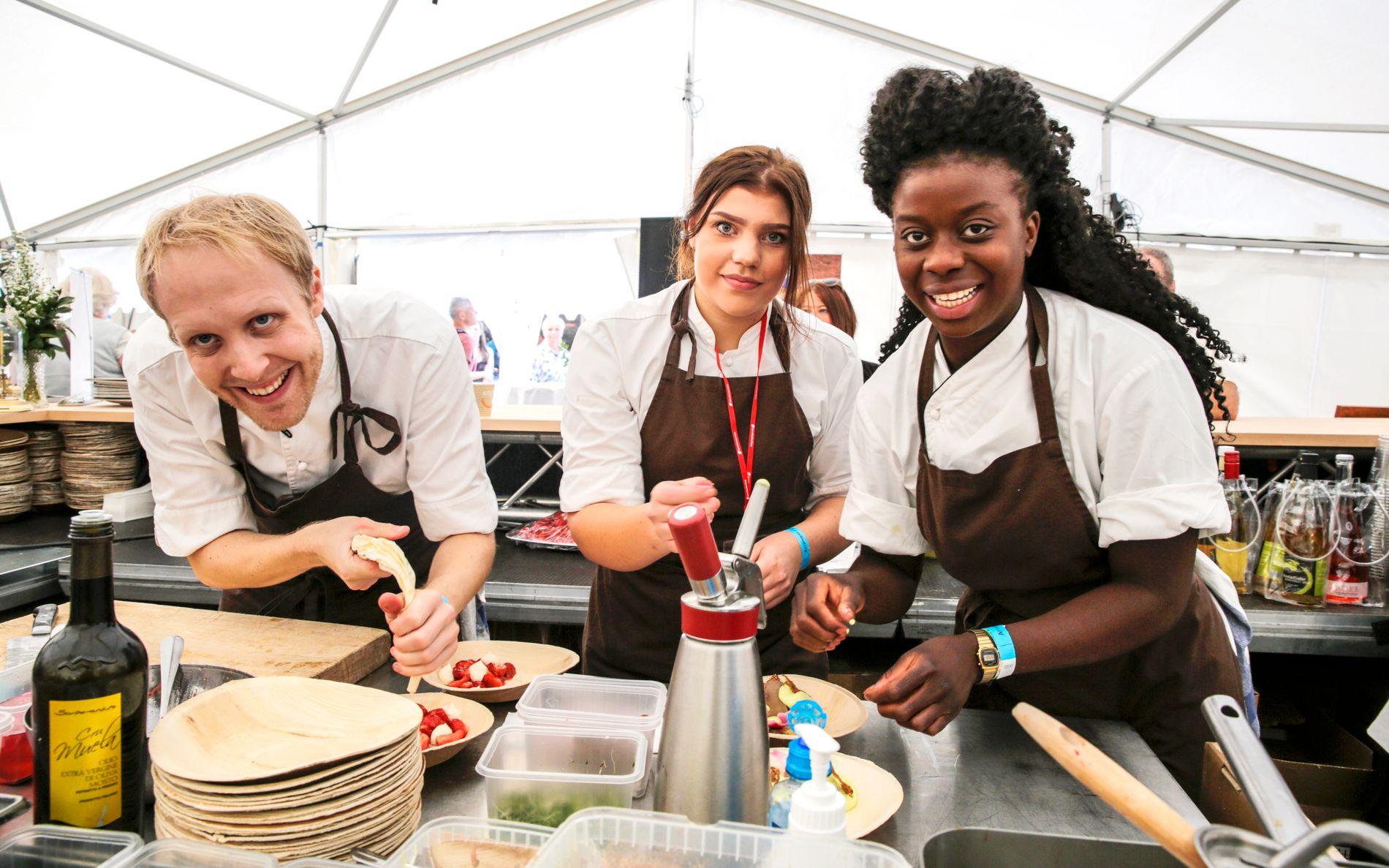 VELKOMMEN: Christer Økland, Julie Helgesen og Princess Dayo Wiliams (fra v.) var blant dem som bød på delikate retter på fjorårets matfestival.