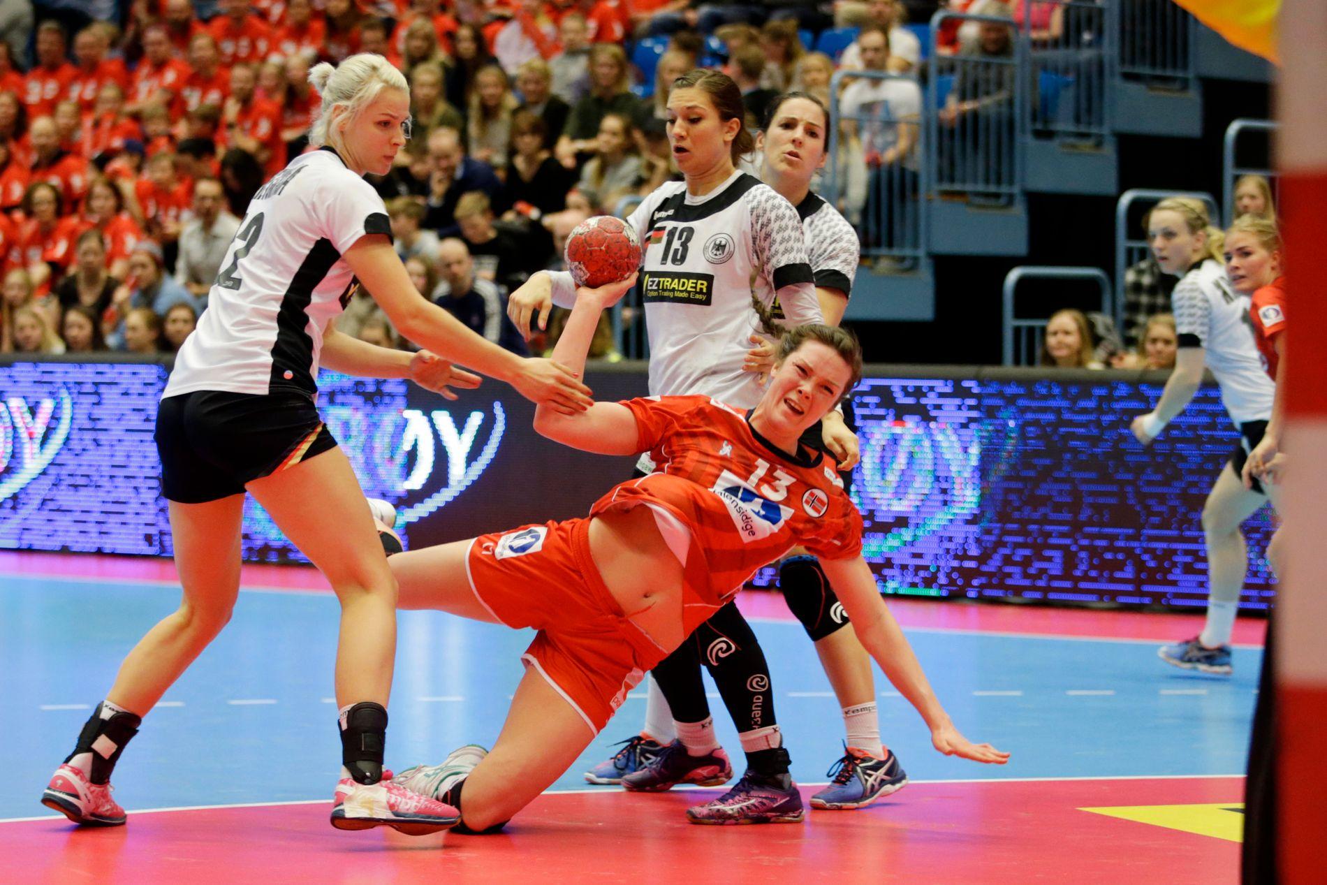 NÆR OL-PLASS: Kari Brattset var med for Norge i firenasjonersturnering i mars. Her kjemper hun seg gjennom de tyske forsvarsspillerne Susann Muller og Julia Behnke.