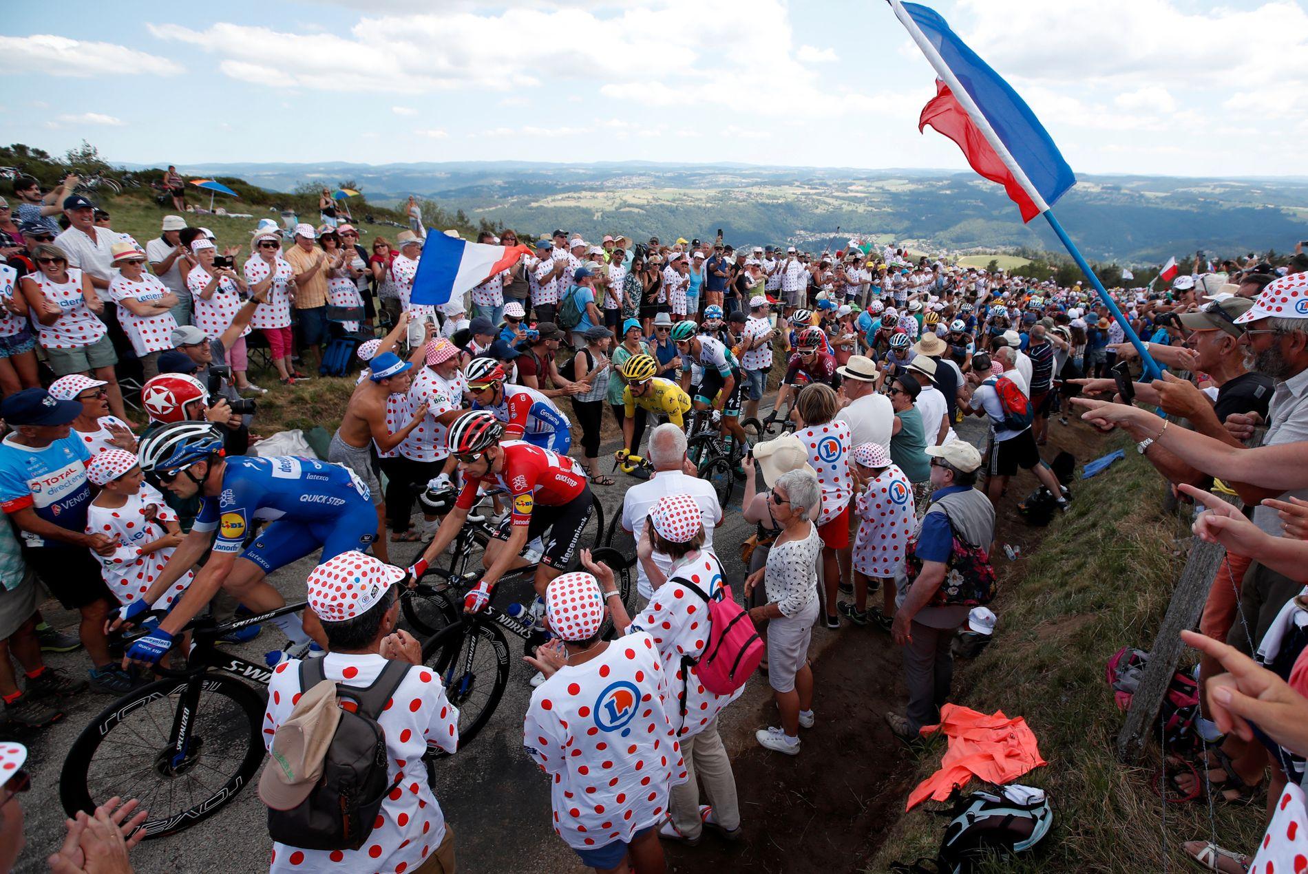 «Hele» Frankrike heier Julian Alaphilippe opp bakkene.
