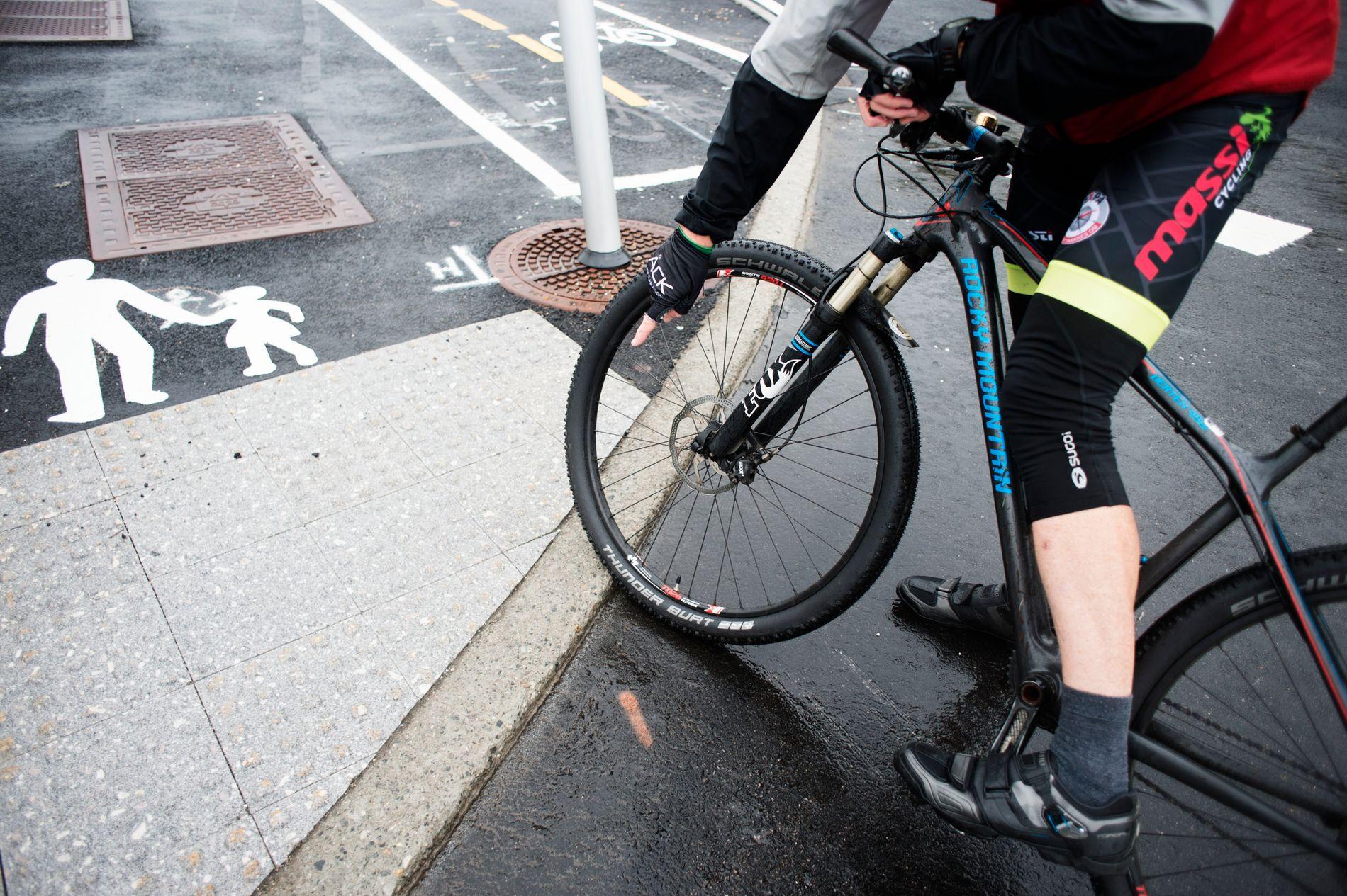 STAS: – Eg tykkjer det er stas eg, når el-syklistane summar forbi med stil, skriver innsendaren.