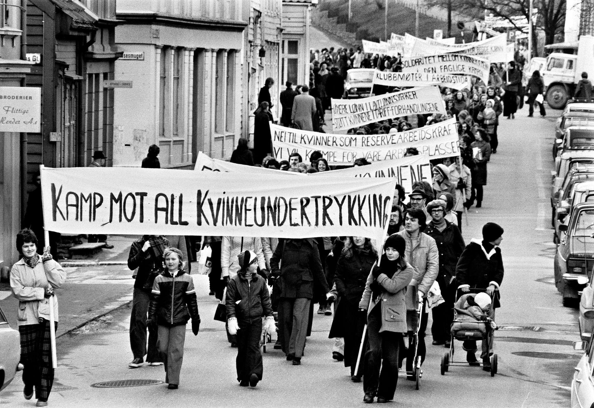 KVINNEDAGEN: Under 8. mars-toget i Bergen i 1975 hadde de flere av de samme kampsakene som i dag. 43 år senere har kvinner og menn fremdeles ikke like vilkår for å lykkes i Norge.