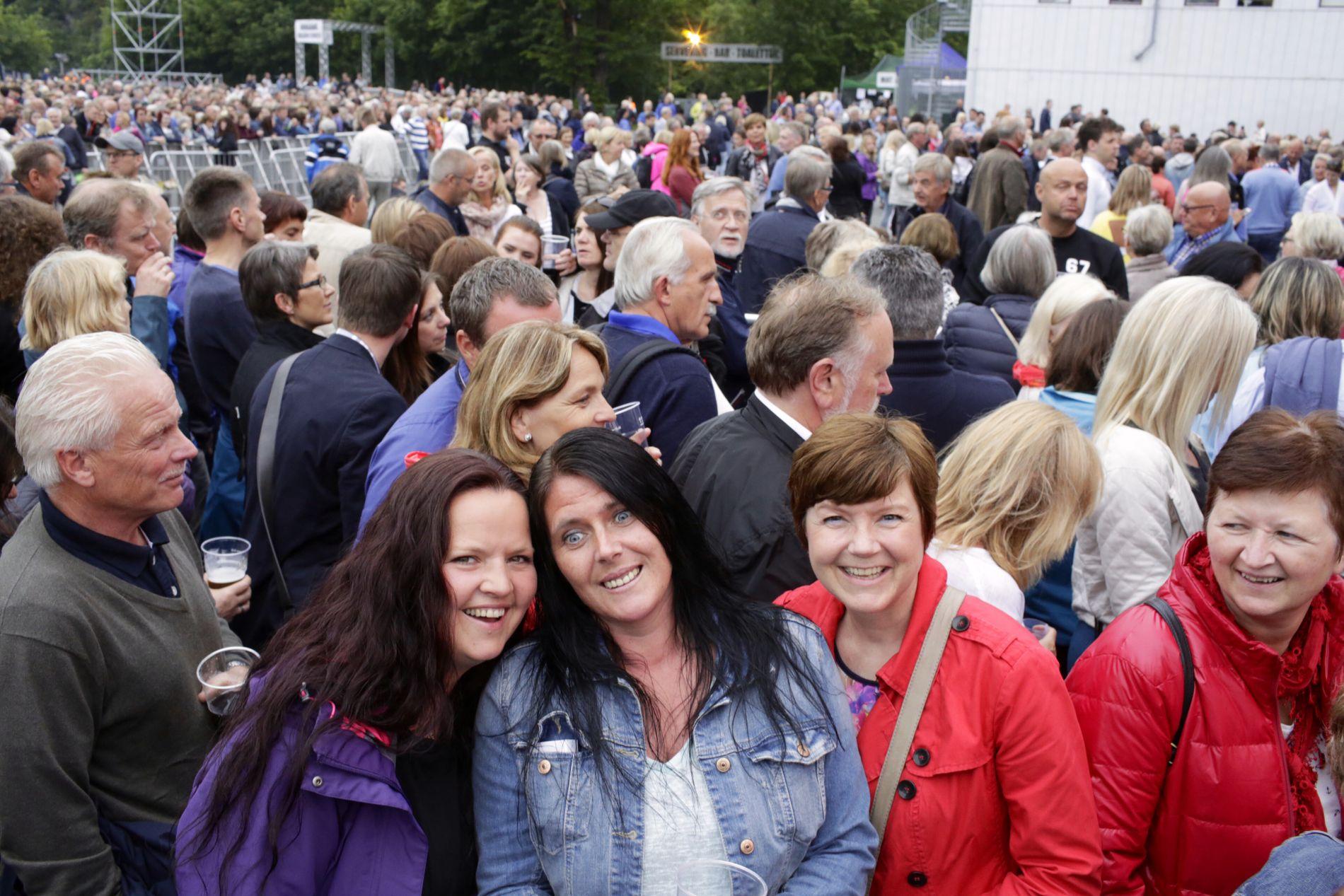 FANS: I første rekke fra venstre  Cathrine Smøraas Inger Lise Gundersen,Hilde Marie Jensen og Bente Halsteinsen.  - Må vi velge, så er Your Song den aller aller beste, sier de.
