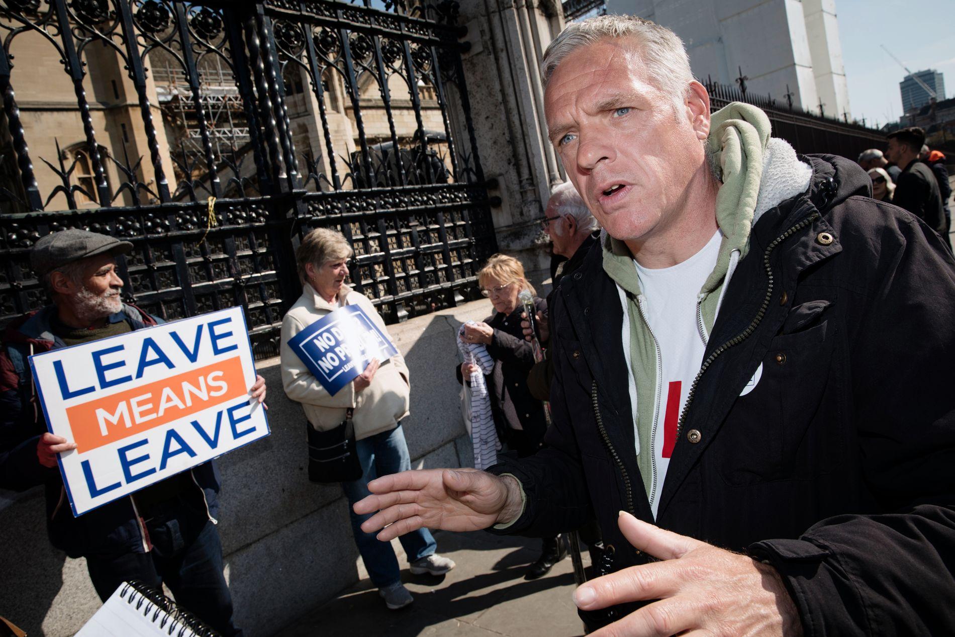 VIL UT: Russel (t.h.) meiner at politikarane i parlamentet sviktar veljarane. – Eg veit ikkje om eg vil stemme i EU-valet. Kva er poenget, når dei uansett ikkje respekterer resultatet, spør han.