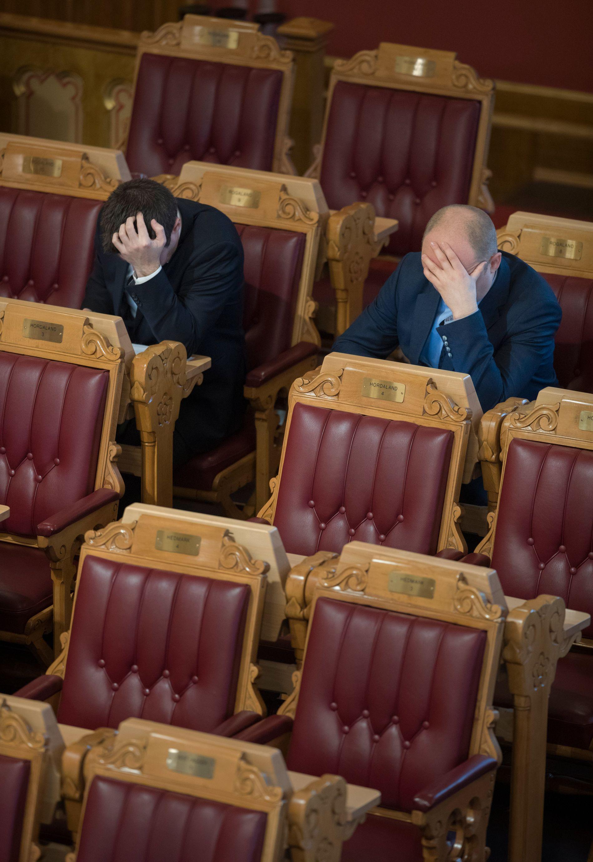 AU, AU, AU: Sp-politikar Geir Pollestad vrei så hardt på sanninga at det gjorde vondt sist veke. Her er han foreviga i stortingssalen saman med Sp-leiar Trygve Magnus Slagsvold Vedum i februar i fjor.