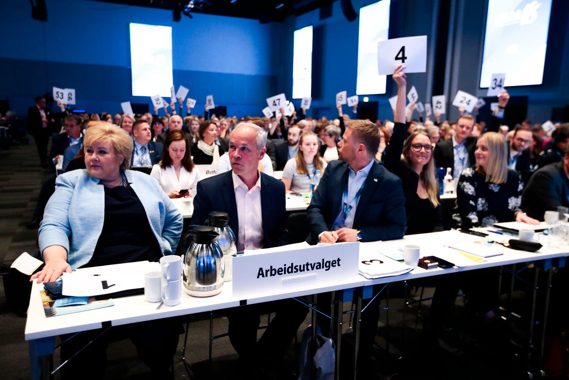 KNUSENDE RO: – At landsmøtet vedtok «ja» til eggdonasjon var forventet og partiledelsen hadde lave skuldrer inn i denne diskusjonen, sier statsråd Jan Tore Sanner etter bioteknologidebatten. Bilde er tatt under avstemmingen av surrogati.