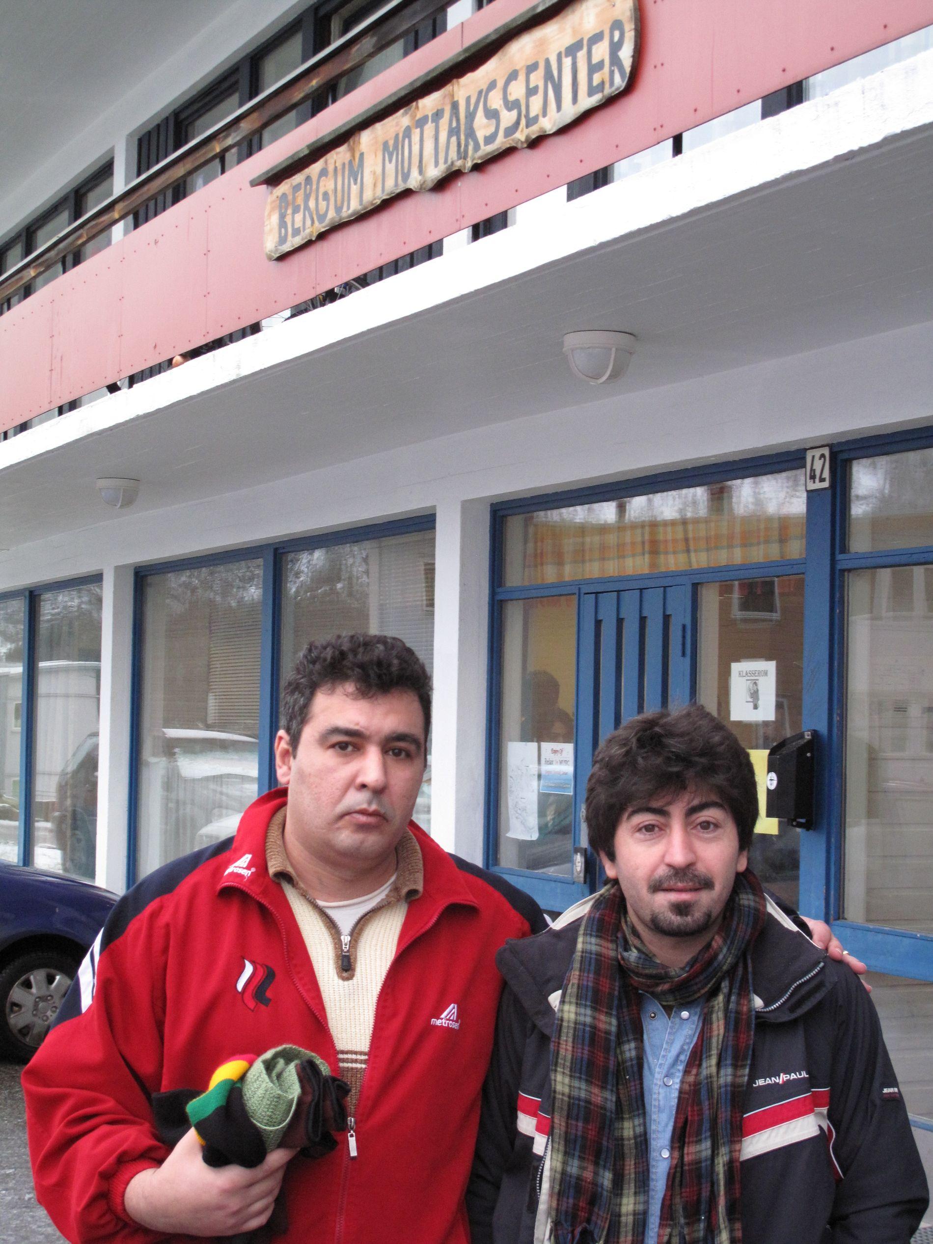KRITISKE: Shabab Shamloo (til v.) og Tayyeh Hoshyav framførte kritikk mot dei som sit med ansvaret for den norske utlendingspolitikken.