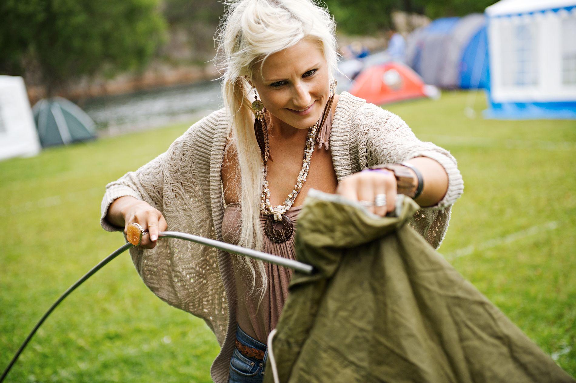 KOFFERT-TELT: Iselin Hjetland (24) tryller frem to telt, sovepose og liggeunderlag fra det som så ut som en upraktisk trillekoffert. – Teltet har sett noen festivaler før, sier hun. ALLE FOTO: SEAN MELING MURRAY