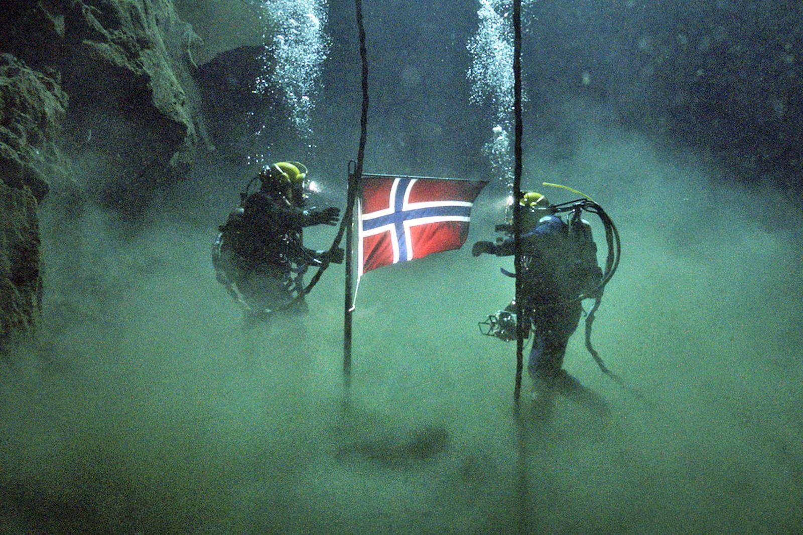 MÅNELANDING I DYPET: Undervannsscenene fra rørleggingen i Norskerenna er noe av det flotteste som er vist i noen norsk film.  FOTO: FILMWEB