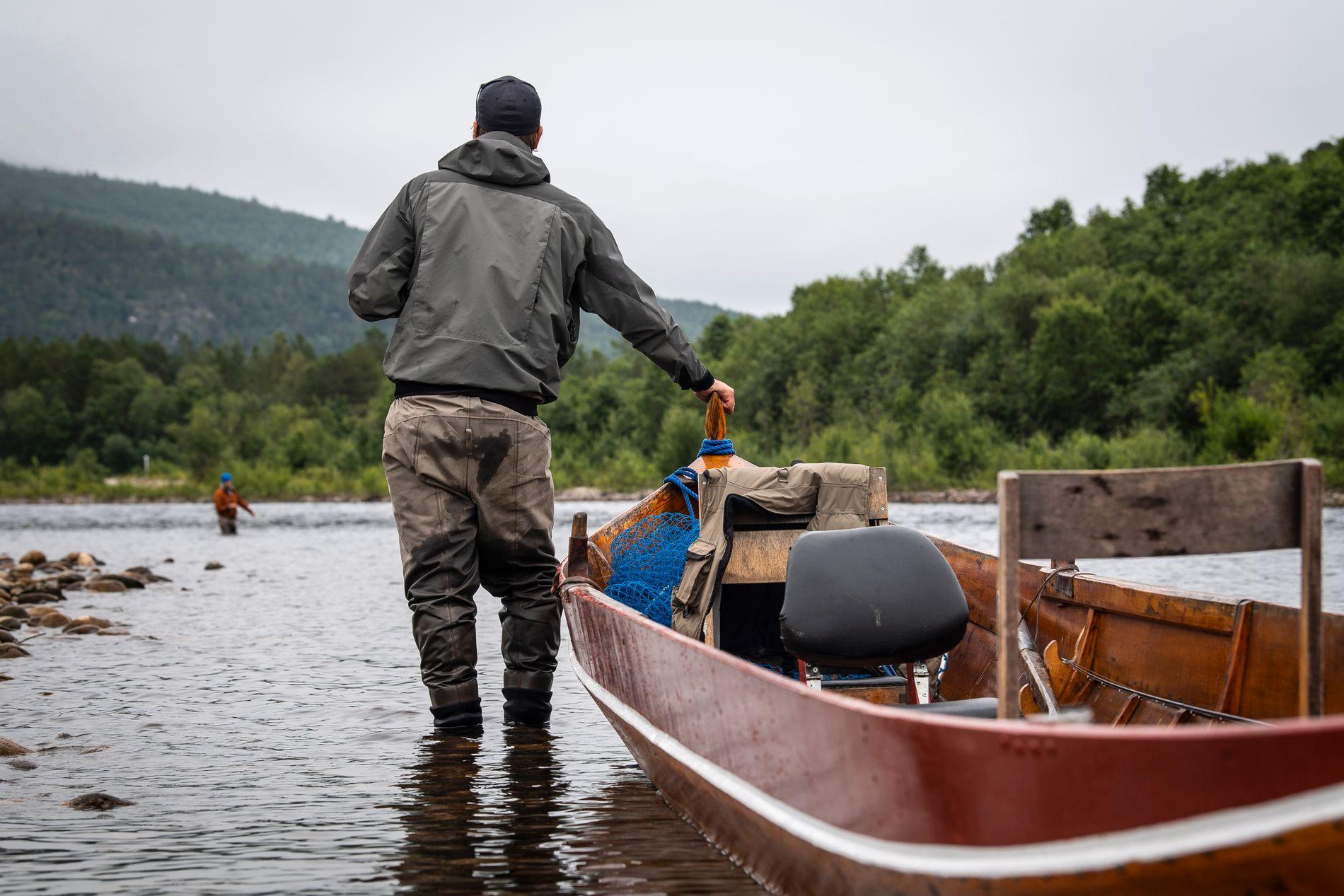 Stakeren, eller den lokale fiskeguiden, er en viktig del av fisket i Altaelva. Han kjenner elven ut og inn og sørger for at fiskere er på den rette plassen til rett tid. Mye av fisket her foregår fra båt, men det er også fint å fiske fra land mange steder.
